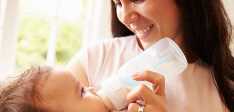¿Cuándo es que los bebés deben comenzar a tomar agua?